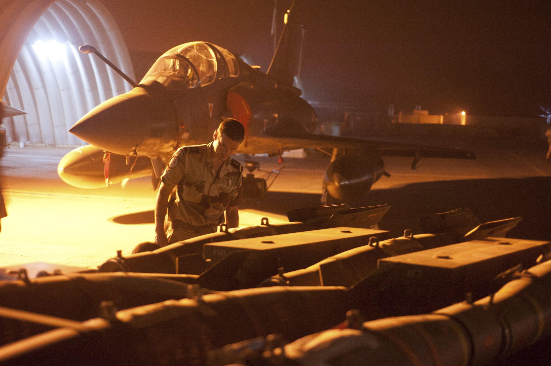 Một chiến đấu cơ Mirage 2000 chuẩn bị tiến hành một cuộc không kích.