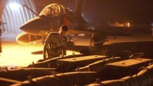 空襲前,一位士兵為幻影2000戰機做準備工作。