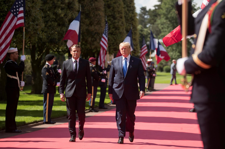Tổng thống Pháp Emmanuel Macron (T) và nguyên thủ Hoa Kỳ Donald Trump tới dự lễ kỷ niệm 75 năm cuộc đổ bộ vào Normandie, Pháp, ngày 06/06/2019