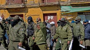 Des policiers en armes défilant sur la place Murillo, à la Paz.