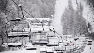 Télésiège à l'arrêt à la station de ski de Val d'Isère dans les Alpes, le 12 décembre.