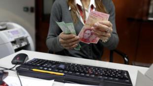 Bancária em Caracas com as novas cédulas de bolívares