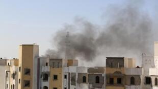 Colunas de fumaça são vistas perto do aeroporto da capital líbia.