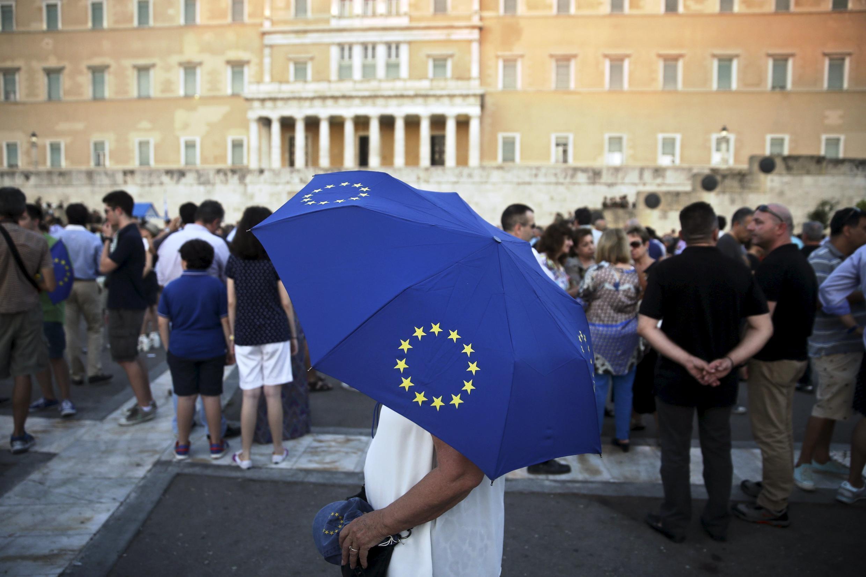 Gregos diante do Parlamento de Atenas.