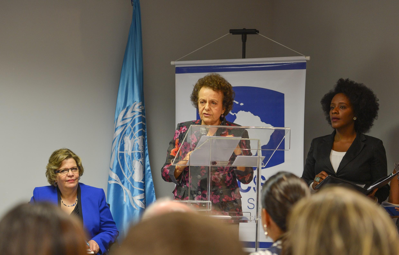 A secretária Especial de Políticas para as Mulheres, Eleonora Menicucci (e), durante divulgação dos dados do Mapa da Violência 2015/Homicídios de Mulheres no Brasil.