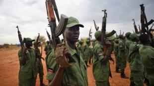 Wanajeshi wa Sudan Kusini wakiwa wamejihami kwa bastola