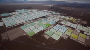 Une vue aérienne de bassins d'une mine de lithium dans le désert d'Atacama dans le nord du Chili