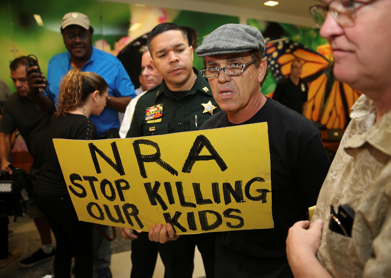 Manifestantes protestam contra lobby americano de armas.