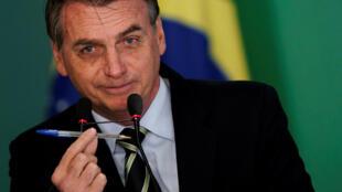 Promise par Jair Bolsonaro, la mesure facilitant l'accès aux armes est très controversée dans un Brésil miné par la criminalité.