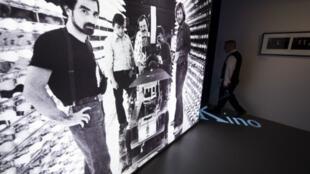 """Photo de Scorsese pendant le tournage de son film """"New York, New York"""", 1977, exposée au Musée du Cinéma, Berlin."""