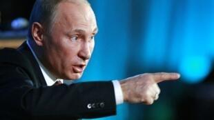 """O presidente russo Vladimir Putin: """"Vamos mandar todas as nossas crianças para lá?"""""""