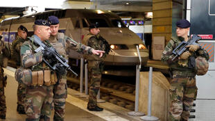 سربازان فرانسوی در یکی از ایستگاه های قطار پاریس