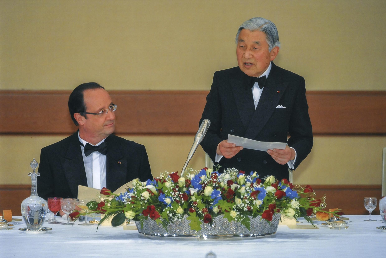 Hoàng đế Nhật Bản Akihito tiếp đón tại hoàng cung Tổng thống Pháp François Hollande (REUTERS / Imperial Household Agency of Japan)