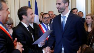 Эмманюэль Макрон поздравляет Франческо Стелла, который только что стал гражданином Франции, на церемонии в Орлеане, 27 июля 2017 года.