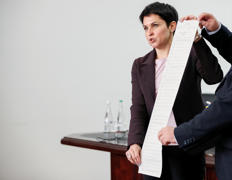 Глава ЦИК Украины Татьяна Слипачук показывает, каким будет бюллетень для голосования на президентских выборах