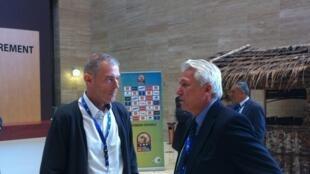 Michel Dussuyer (à gauche), le sélectionneur de la Guinée, et Henryk Kasperczak, celui du Mali, en pleine discussion, s'affronteront lors de la CAN 2015.