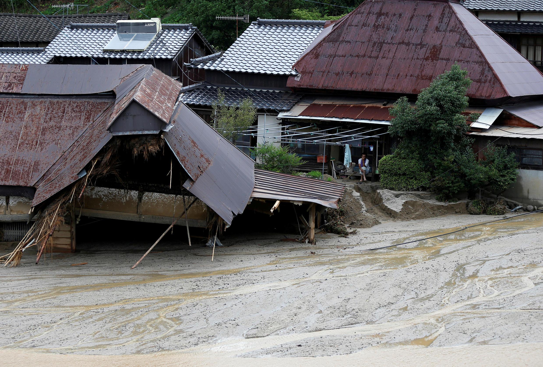 A ilha de Kyushu foi devastada por chuvas sem precedentes que levaram estradas e destruíram casas e prédios.
