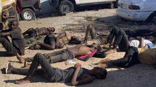 Alguns dos 14 imigrantes ilegais sobreviventes encontrados na carga de um camião em Tete a 24 de Março de 2020 proveniente do Malauí.