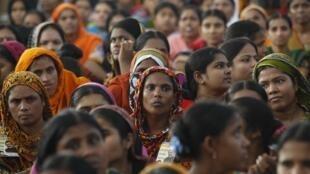 Hơn 50.000 công nhân dệt may Bangladesh biểu tình đòi tăng lương tại Dacca ngày 21/09/2013.