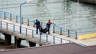 نخستین جسد یافته شده در دریای سیاه به ساحل حمل میشود