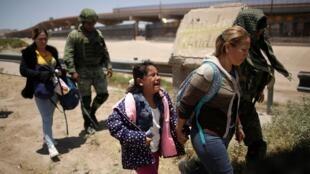 Dos mujeres y una niña son detenidas al intentar cruzar el Río Bravo por miembros de la Guardia Nacional, el 21 de junio de 2019 en Ciudad Juárez.