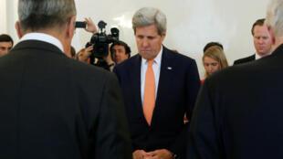 O chanceler russo, Sergei Lavrov (esq.) e o secretário de Estado dos EUA John Kerry (Centro) fazem  um minuto de silêncio em homenagem às vítimas do ataque de Nice, durante reunião em Moscou, Rússia, 15 de julho de 2016.