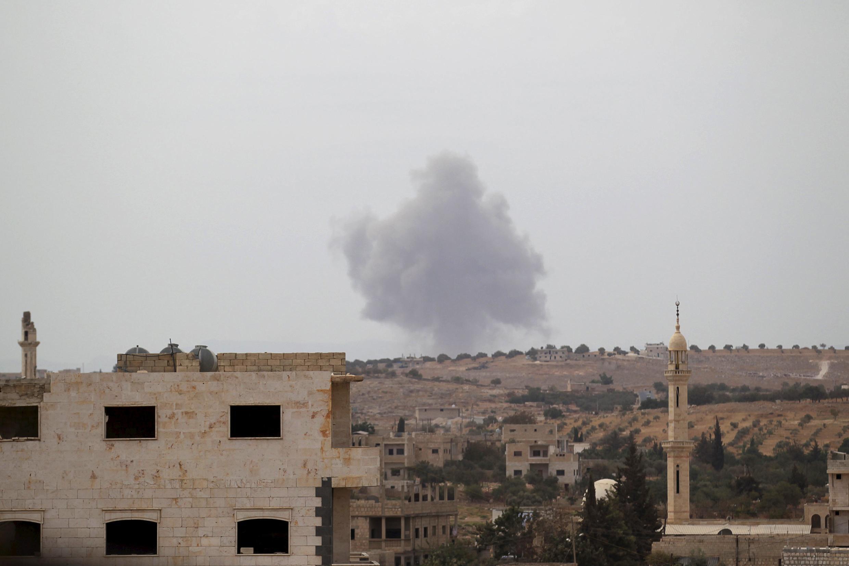 Khói bốc lên từ một căn cứ do quân nổi dậy thuộc nhóm Ahrar al-Cham tại vùng Idleb ngày 01/10/2015.