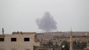 De la fumée s'échappe d'une base contrôlée par des rebelles du groupe Ahrar al-Cham, dans la région d'Idleb (photo d'illustration).