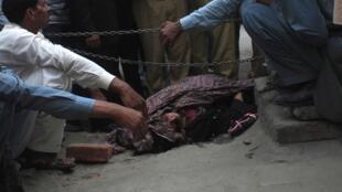 Farzana Parveen, 25 ans, enceinte, a été lapidée à coups de briques en plein jour, devant le tribunal de Lahore au Penjab.