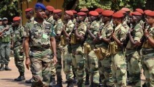 Le commandant de la Fomac, Jean-Félix Akaga, passe ses troupes en revue à Bangui.