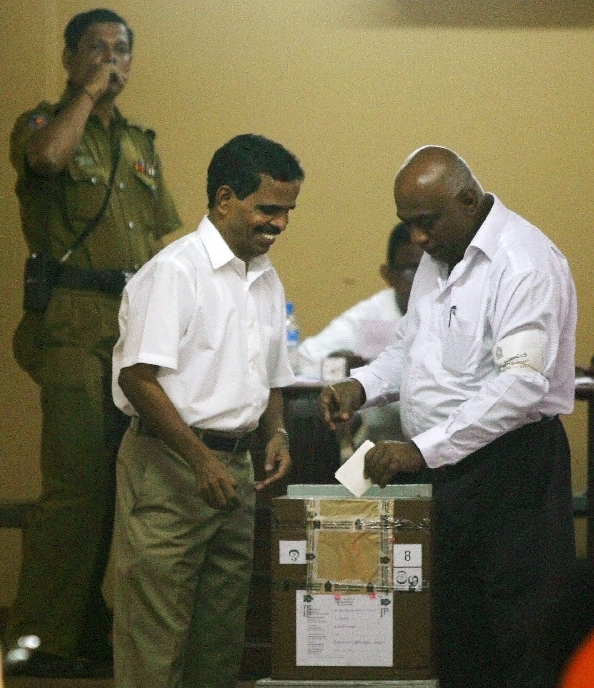 Un homme vote à Colombo au Sri Lanka, le 8 avril 2010.