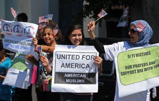 Devant le Centre islamique de Los Angeles, des femmes musulmanes montrent leur soutien aux familles des victimes des attentats, le 11 septembre 2010