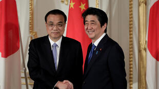 2018年5月9日,中国国务院总理李克强在东京与日本首相安倍晋三会谈后出席联合记者会。