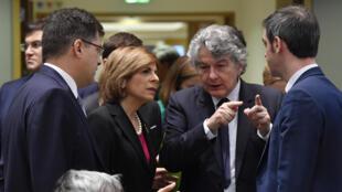 (De izquierda a derecha) Los comisarios europeos Janez Lenarcic, Stella Kyriakides y Thierry Breton dialogan con el ministro de Salud de Francia, Olivier Veran, en la reunión sobre el coronavirus COVID-19 el 6 de marzo de 2020 en Bruselas