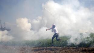 Полиция использовала слезоточивый газ против мигрантов в районе Идомени, 10 апреля 2016 г.
