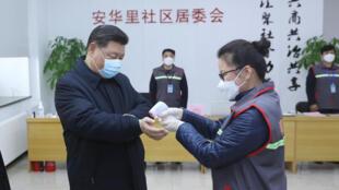 Xi Jinping shugaban kasar China a yayinda ya ziyarci wani asibiti a Beijing