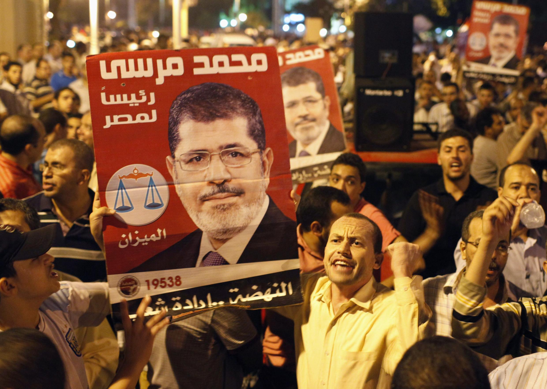 Les partisans de Mohamed Morsi se sont rassemblés devant le palais présidentiel pour exprimer leur joie. Le Caire, le 12 août 2012.