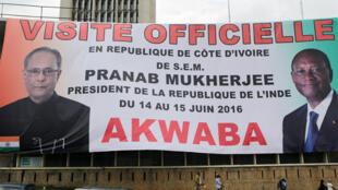 Une bannière annonçant la visite du président indien en Côte d'Ivoire, à Abidjan, le 15 juin 2016.