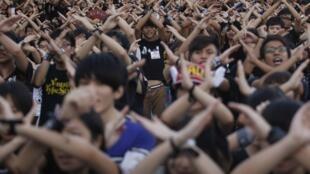 資料圖片:2012年香港反國教運動。2012年9月11日,香港中文大學學生以手勢表示拒絕政府推行國民教育