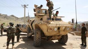 Des militaires de l'armée afghane sur les lieux d'un attentat suicide à Kaboul, le 29 avril 2020.