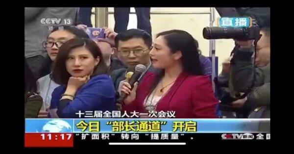 翻白眼的藍衣女記者成了叛逆偶像