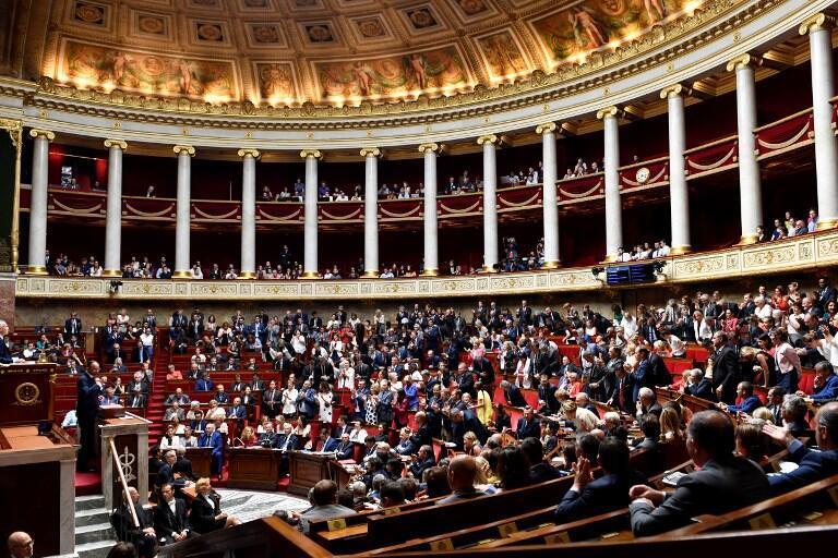 """واکنش نمایندگان در مجلس ملی فرانسه بعد از سخنرانی ادوارد فیلیپ نخستوزیر این کشور در رابطه با """"الکساندر بنالا"""" محافظ رئیس جمهوری فرانسه. سهشنبه ٩ مرداد/ ٣١ ژوئیه ٢٠۱٨"""