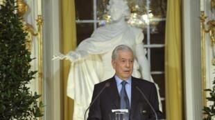 Mario Vargas Llosa durante su discurso en la Academia sueca de Estocolmo.