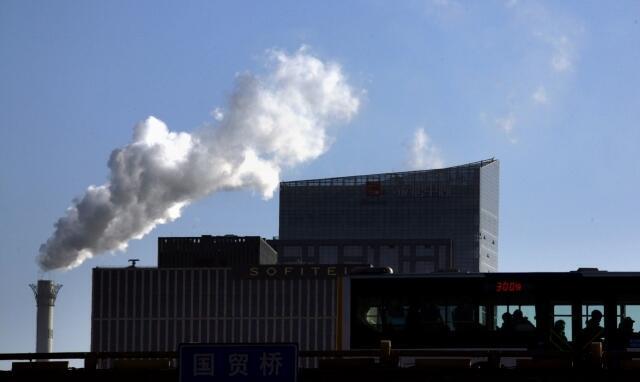 Khí thải từ một nhà máy ở Bắc Kinh, 12/12/2011.