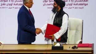 Lãnh đạo Taliban, Baradar(phải) và đại diện của Hoa Kỳ, Zalmay Khalilzad, sau lễ ký kết thỏa thuận tại Doha ngày 29/02/2020.