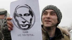 Un opposant au pouvoir de Poutine lors de chaine humaine organisée à Moscou, dimanche 26 février 2012.
