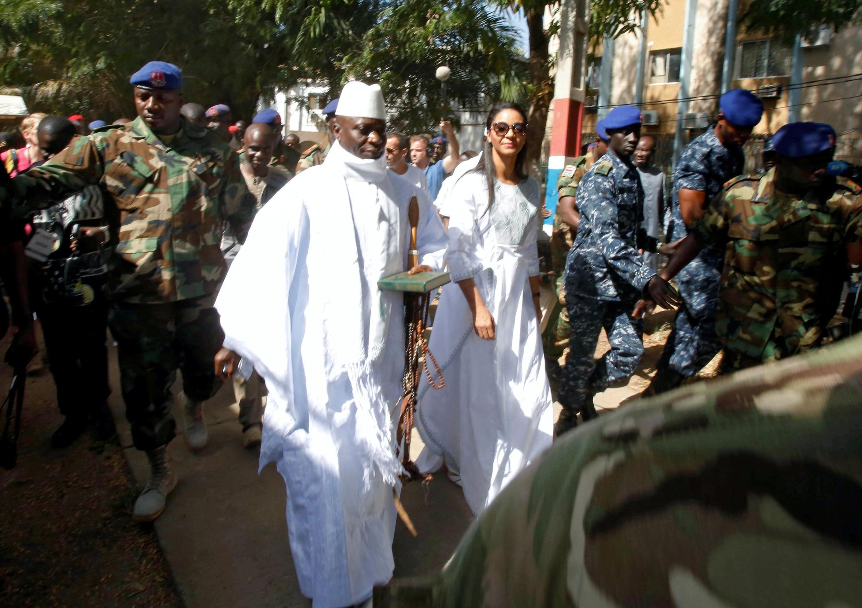 Zineb Jammeh aux côtés de son mari et ex-président de la Gambie, Yaya Jammeh, en décembre 2016 à Banjul.