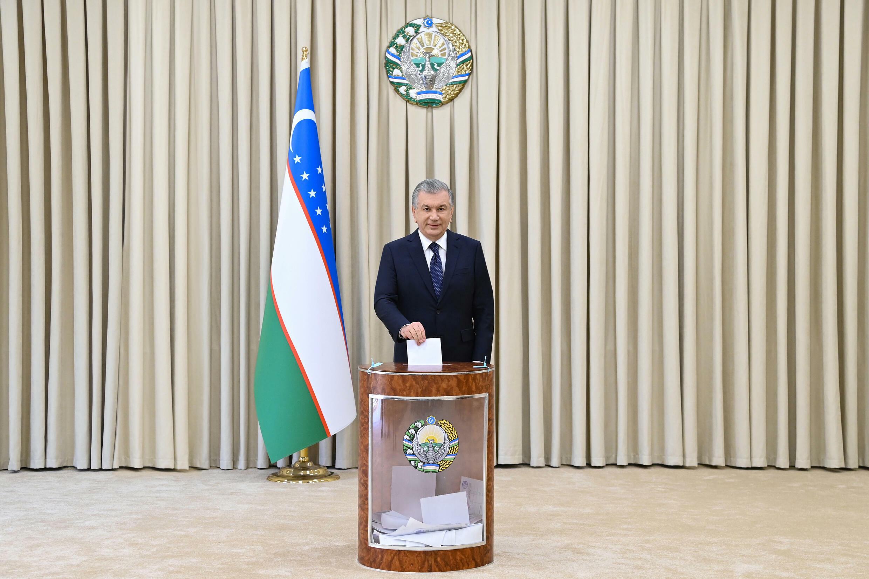 Shavkat Mirziyoyev deposita su papeleta en la urna en un colegio electoral de Tashkent con motivo de las elecciones presidenciales, el 24 de octubre de 2021 en la capital de Uzbekistán