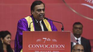 L'homme d'affaires Mukesh Ambani prend la parole lors de la 7e cérémonie de remise des diplômes sur le campus du PDPU à Gandhinagar, le 29 août 2019.