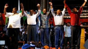 Viongozi wa upinzani nchini Kenya Musalia Mudavadi, Kalonzo Musyoka, Raila Odinga, Moses Wetangula na Nick Salat katika mkutano jijini Nairobi January 11 2017.